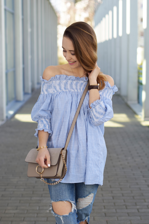 Schulterfreie Bluse von Chicwish in Kombination mit zerissener Jeans und Adidas Sneakern