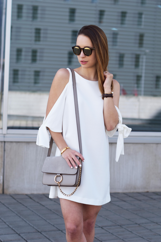 weißes kleid mit schleifenärmeln und zara heels