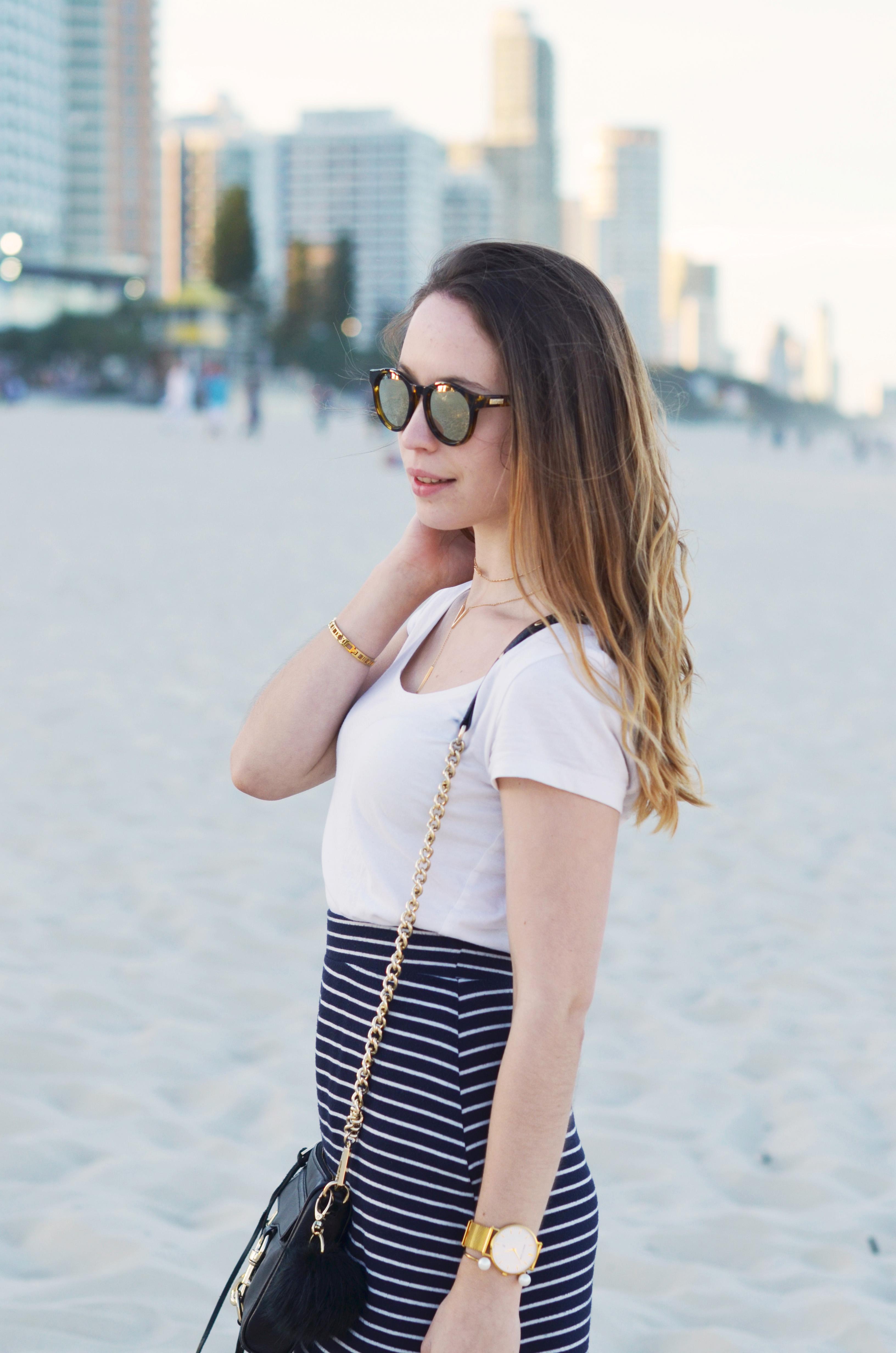 langer-streifenrock-von-zara-mit-weißem-shirt-und-rebecca-minkoff-tasche