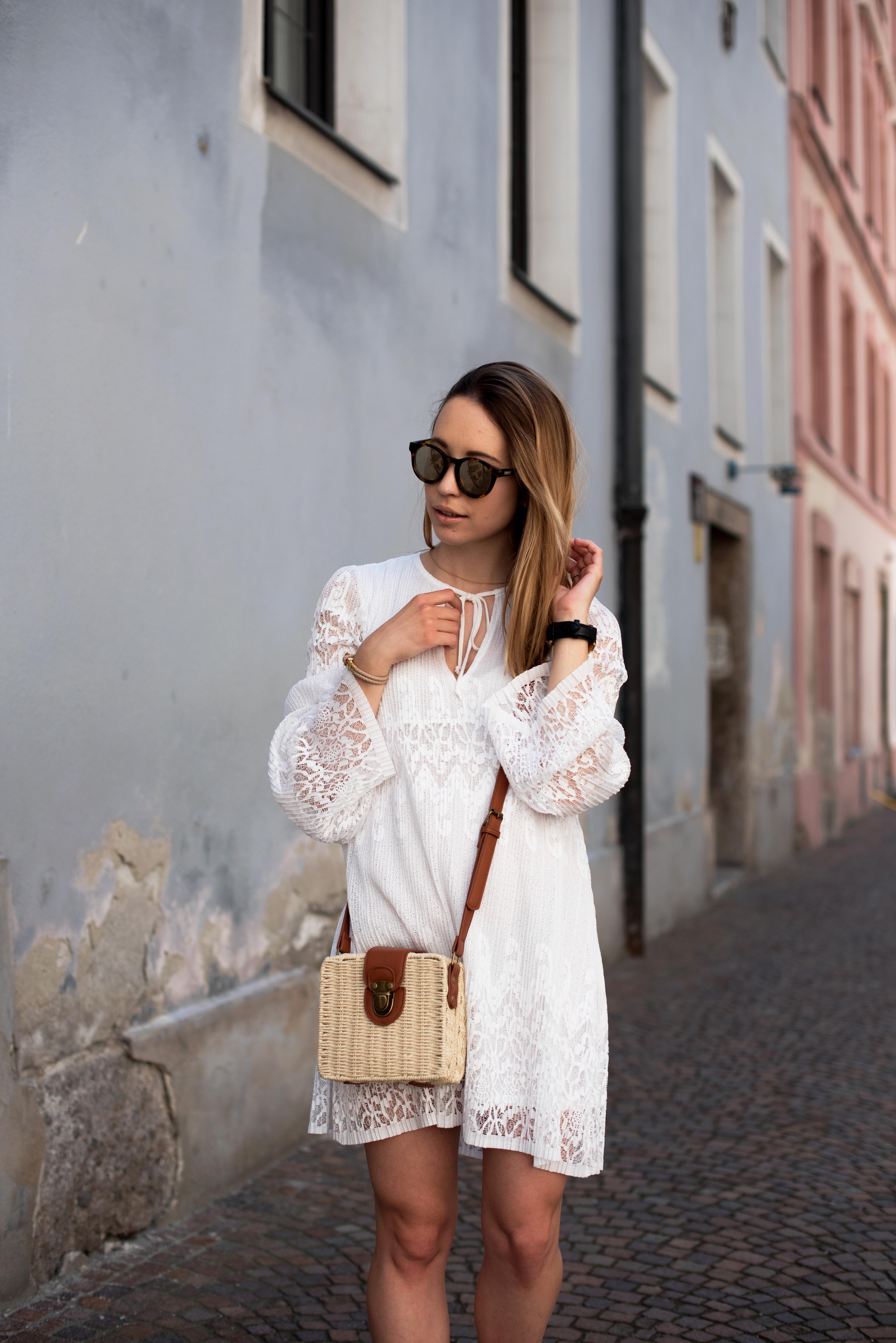 das-weiße-spitzenkleid-von-ivyrevel-stylemocca
