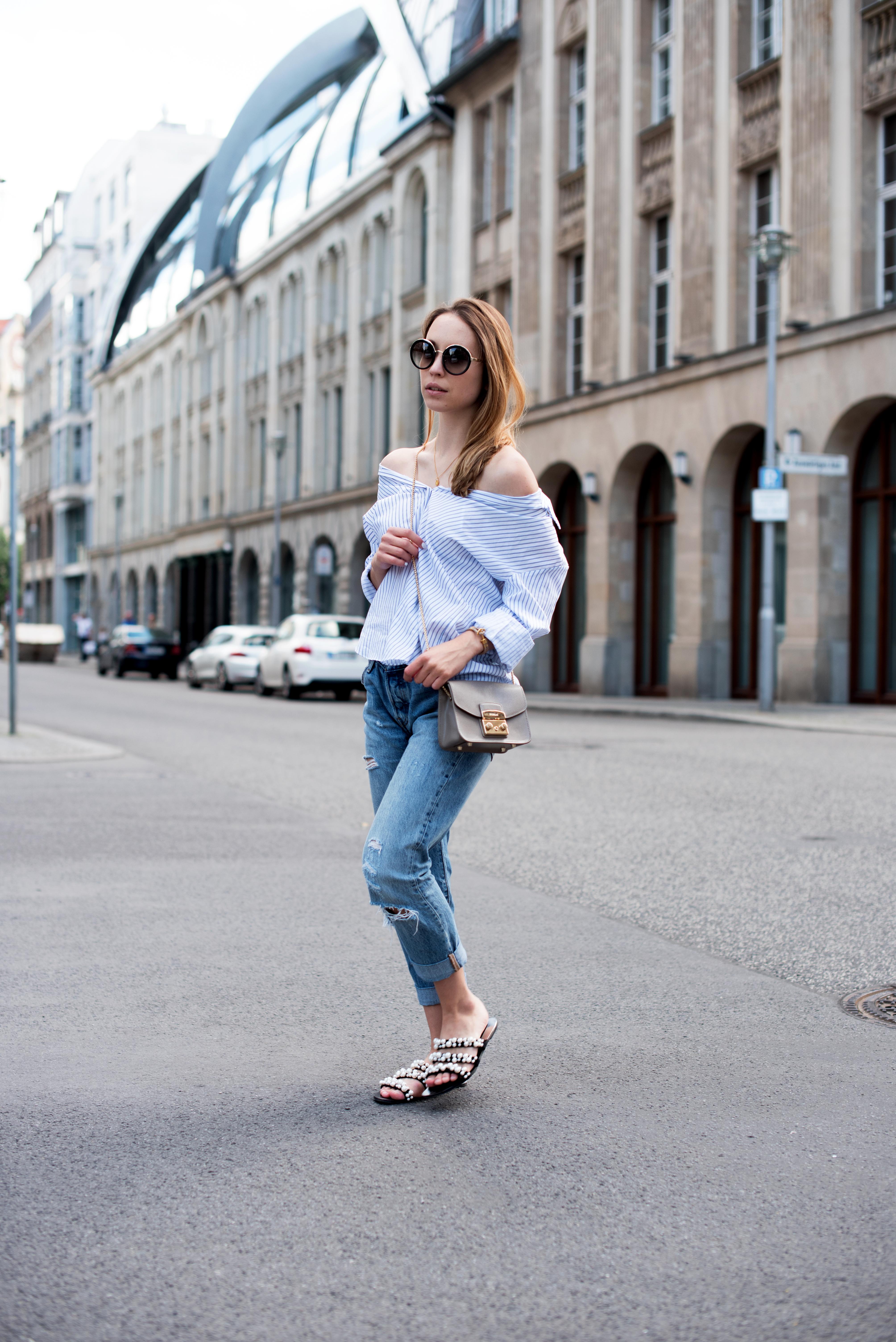 Outfit mit gestreifter Bluse, Boyfriend Jeans, Prada Sonnenbrille, Instagram Husband