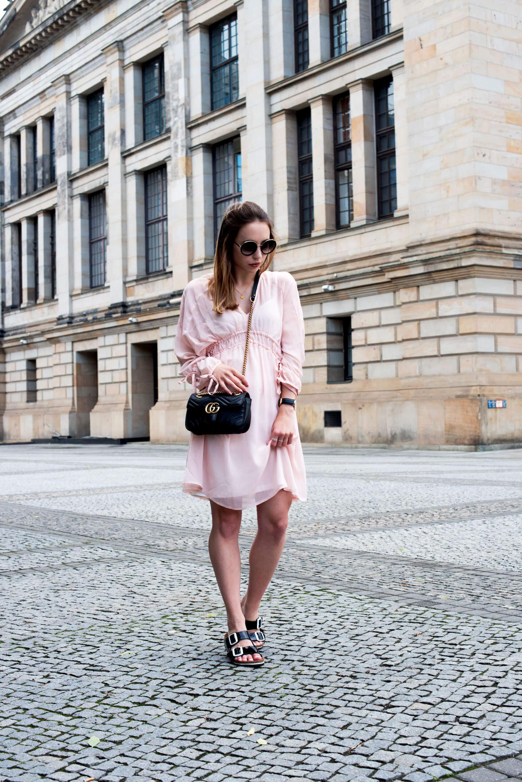 Romantisches Sommerkleid in rosa mit Gucci Marmont Tasche