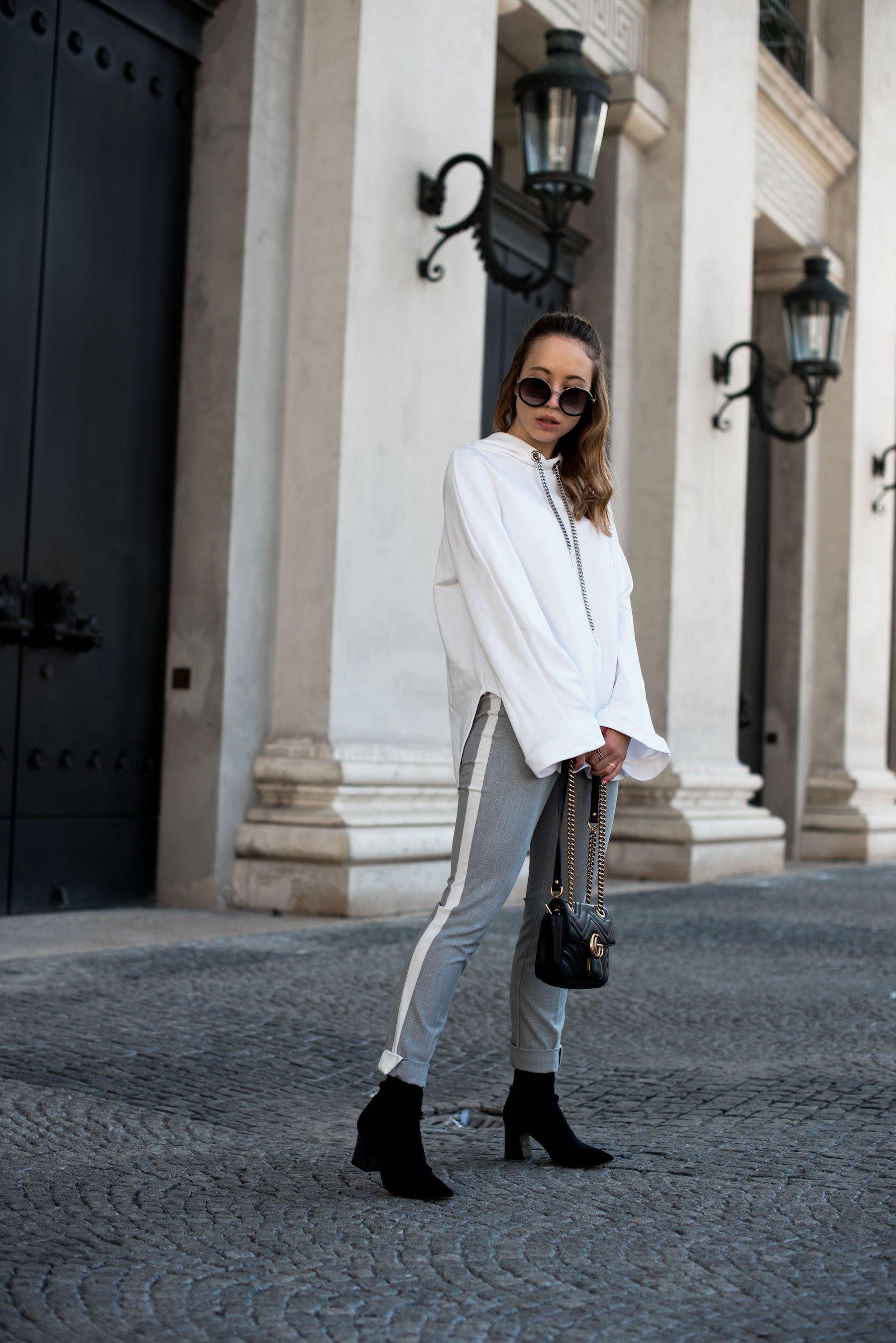 Sweatshirt Trend, weißes Sweatshirt, graue Stoffhose, Stylemocca