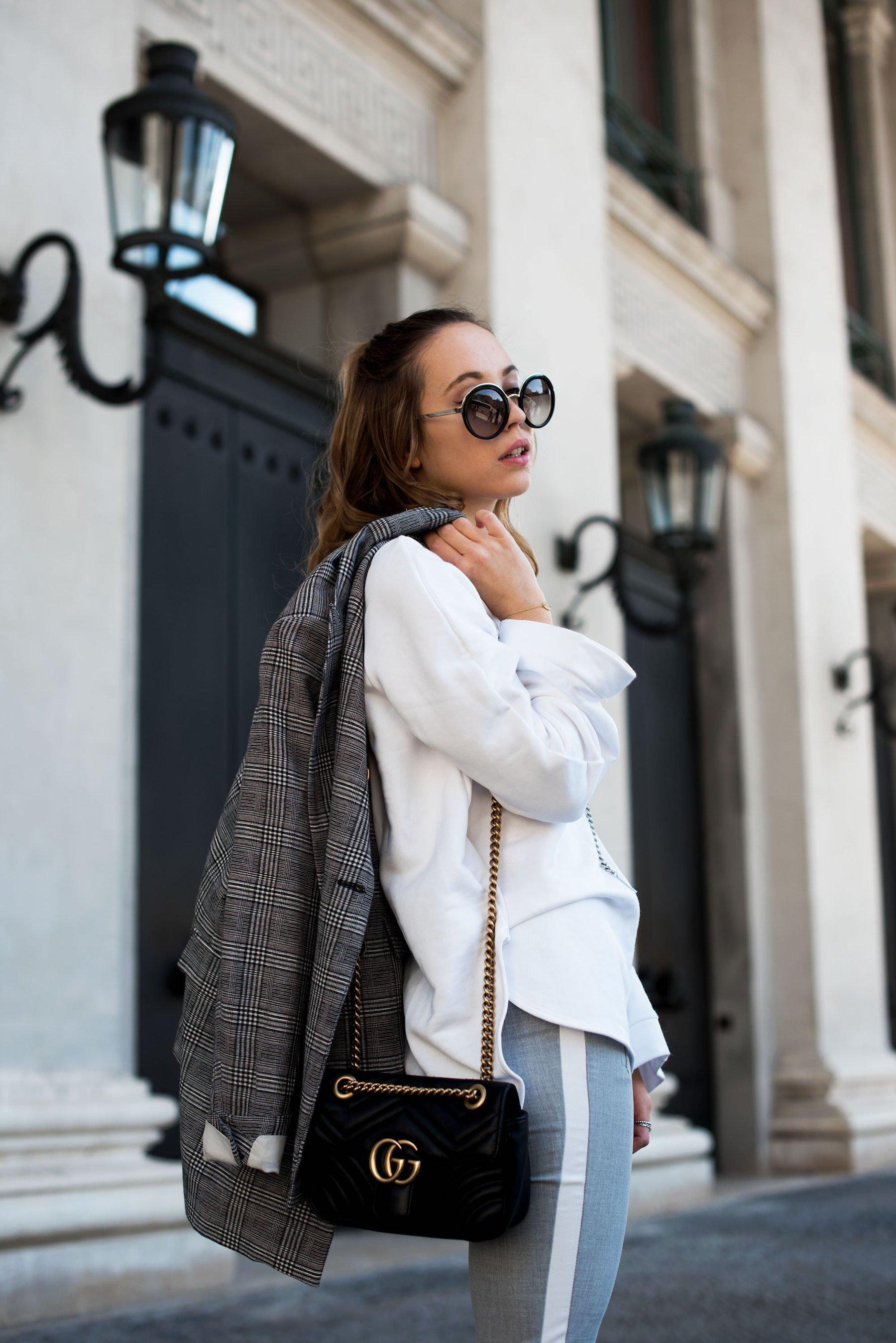 Sweatshirt Trend, weißes Sweatshirt, karierter Blazer, Stylemocca