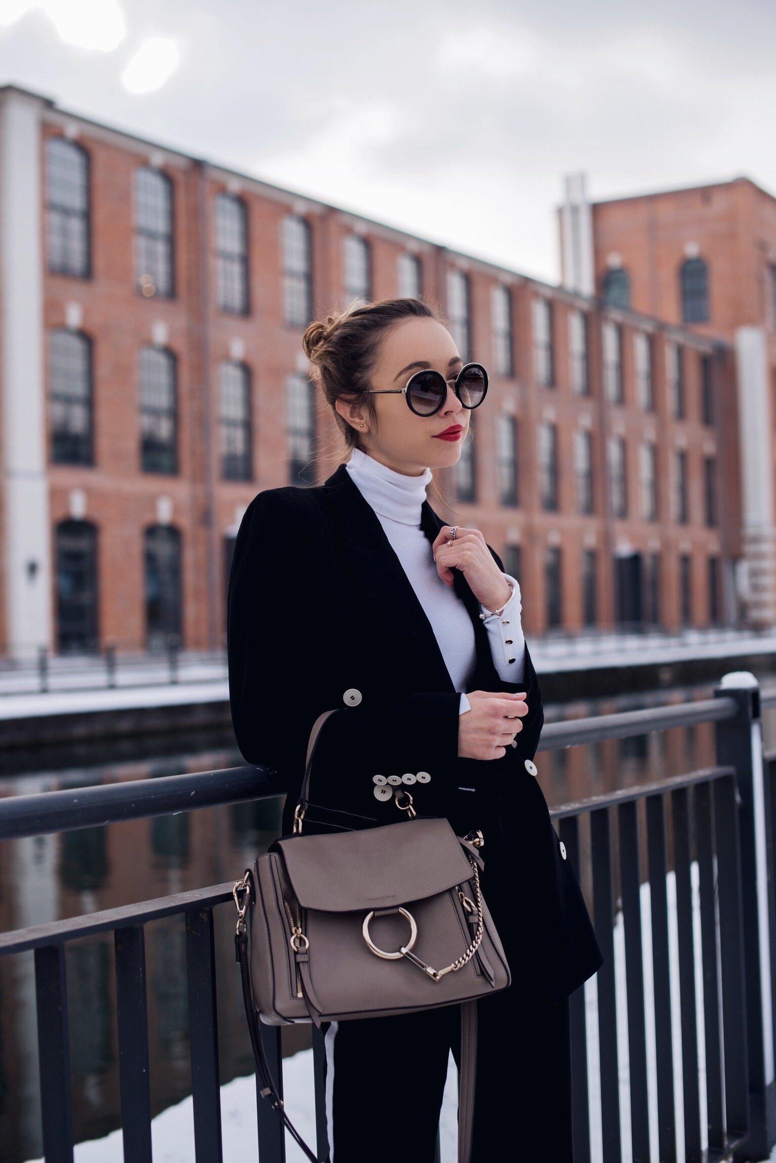 Office Look mit Blazer, Rolkragenpullover und Trackpants
