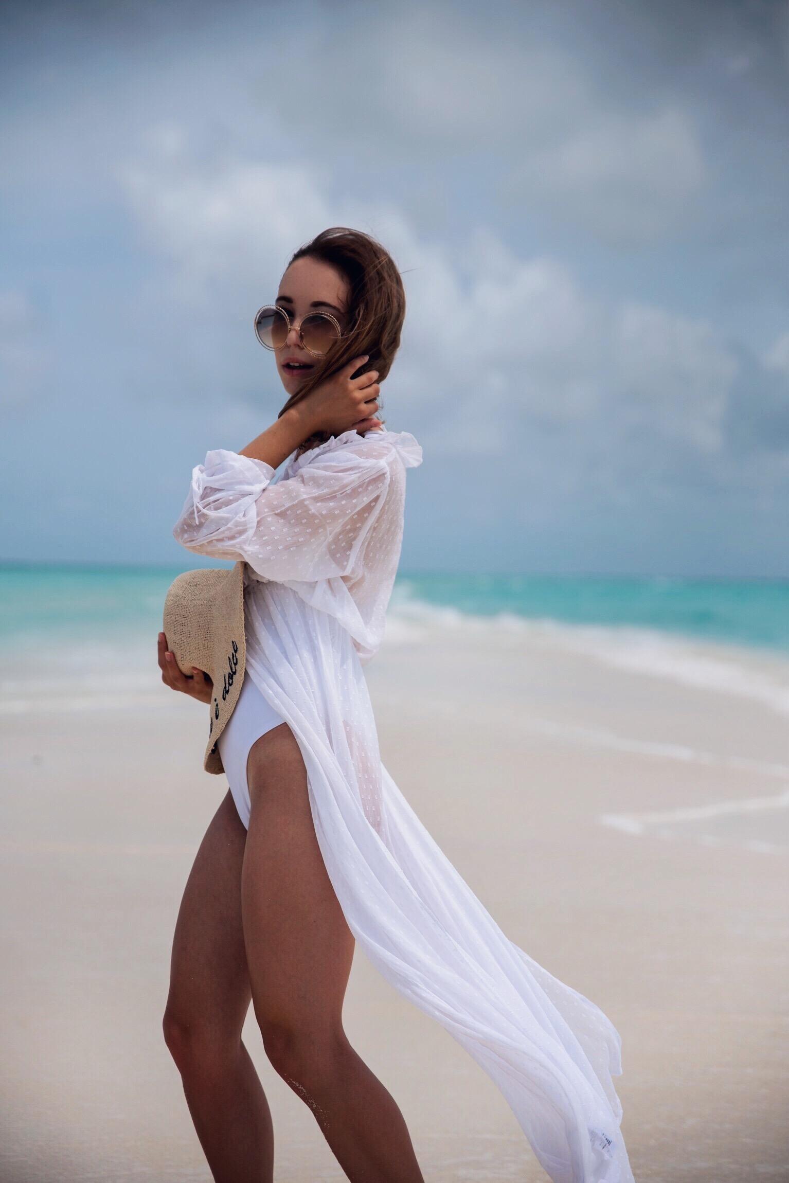 Maldivian Summer: Beach Look mit weißem Kleid, Badeanzug und Strohhut