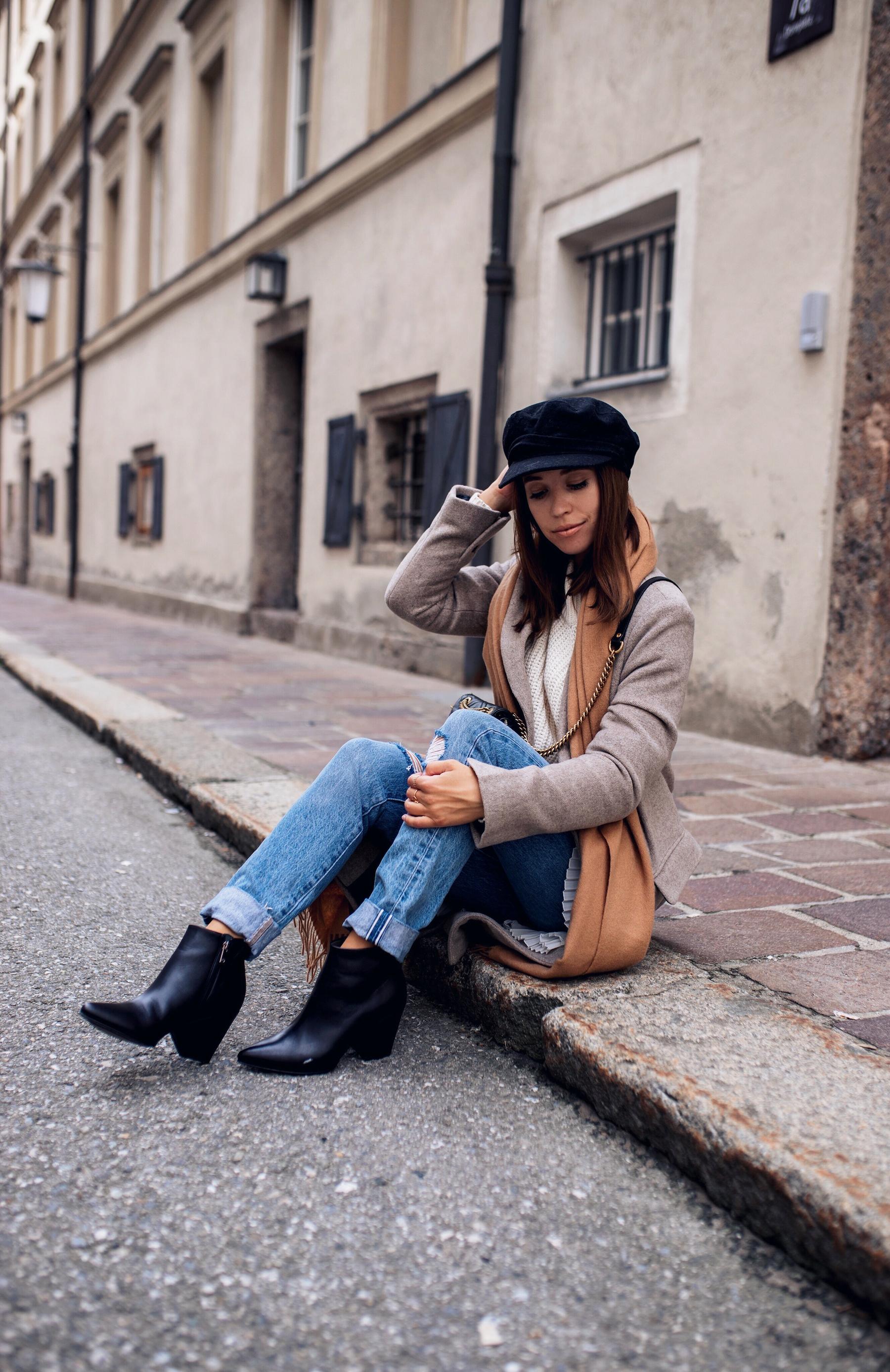 Herbst Outfit mit schwarzen Stiefeletten, Jeans und grauem Mantel