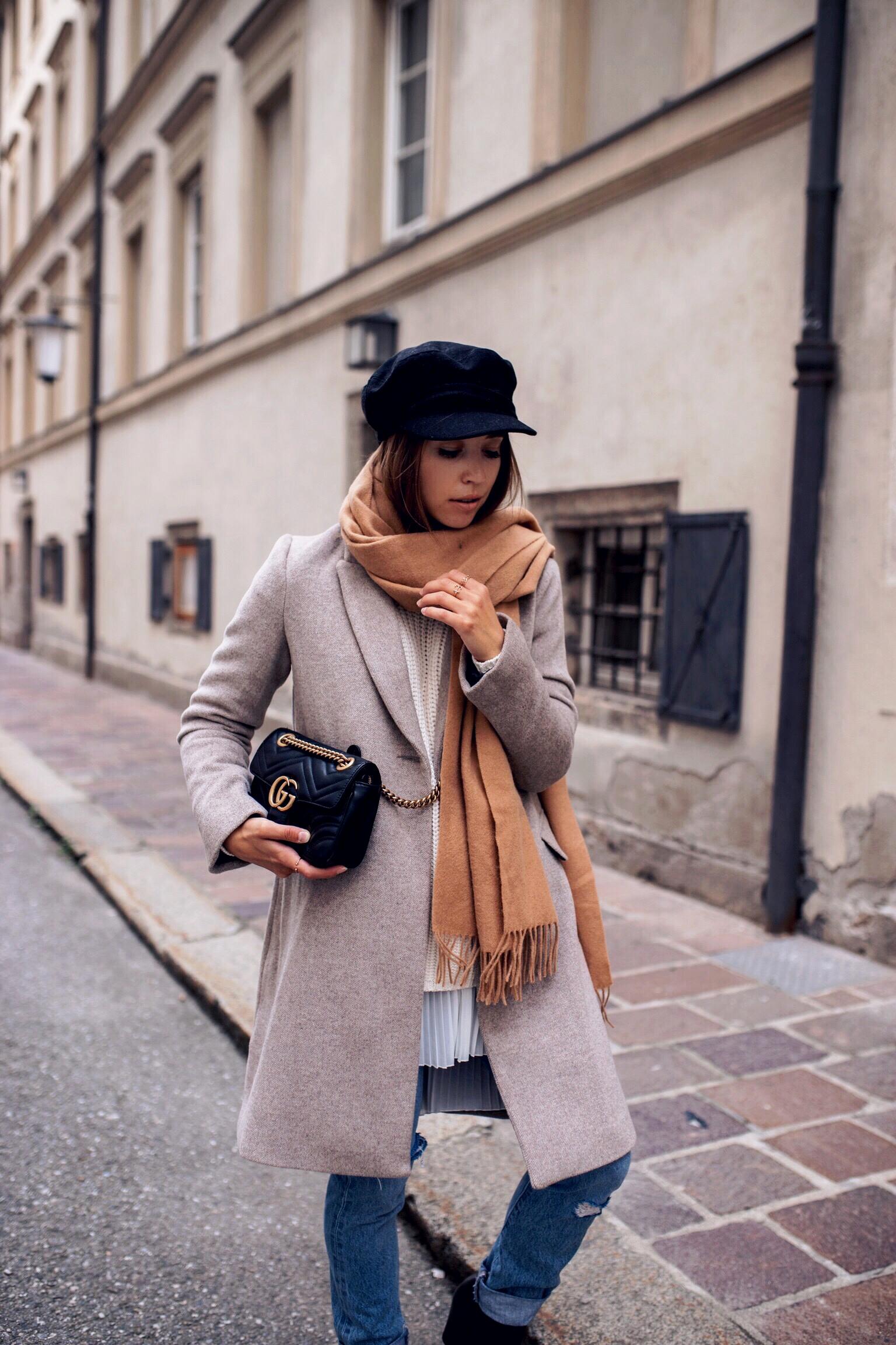 Herbst Outfit mit grauem Mantel, schal und Strickpullover