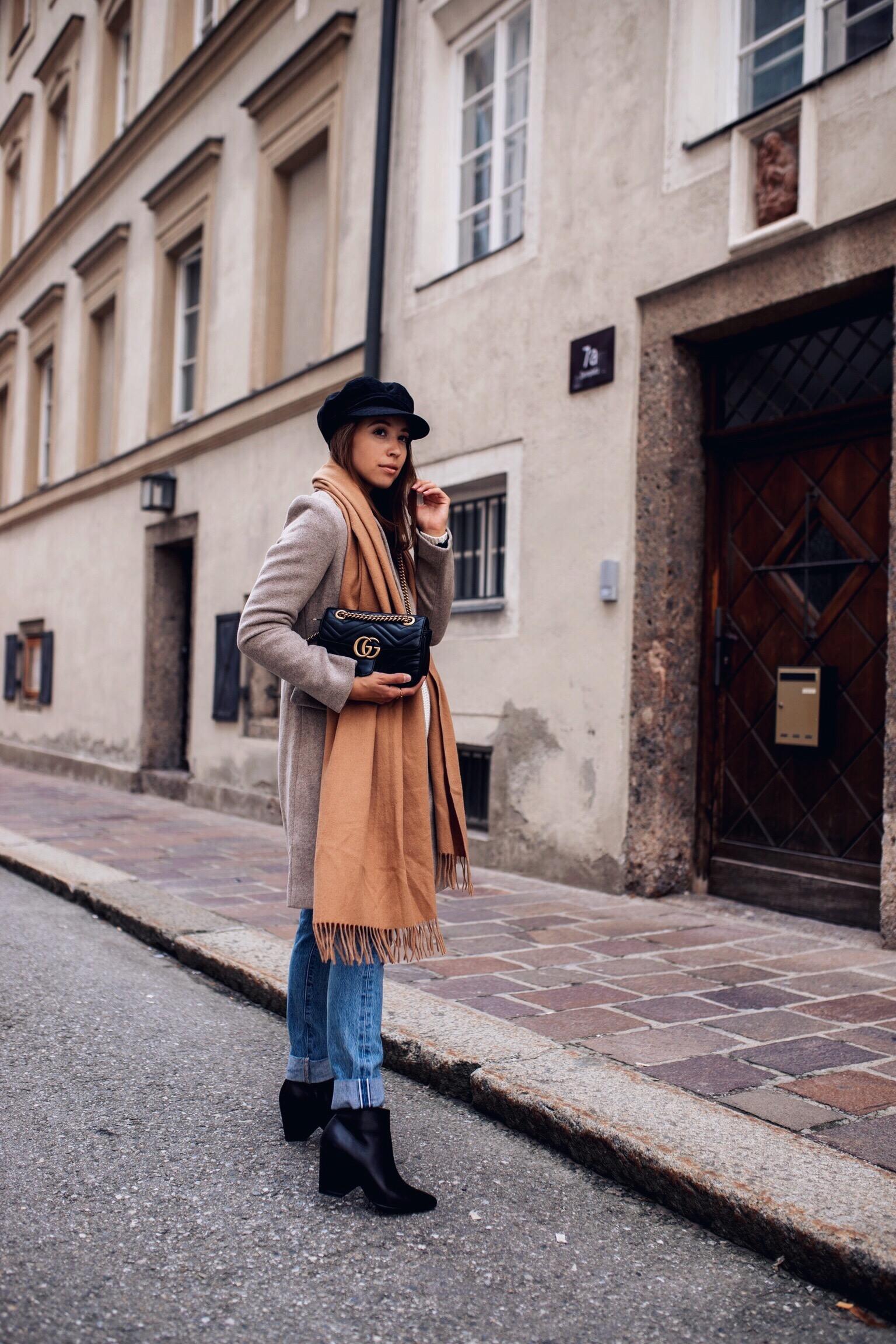 Herbst Outfit mit grauem Mantel, Strickpullover, Jeans und Stiefeletten