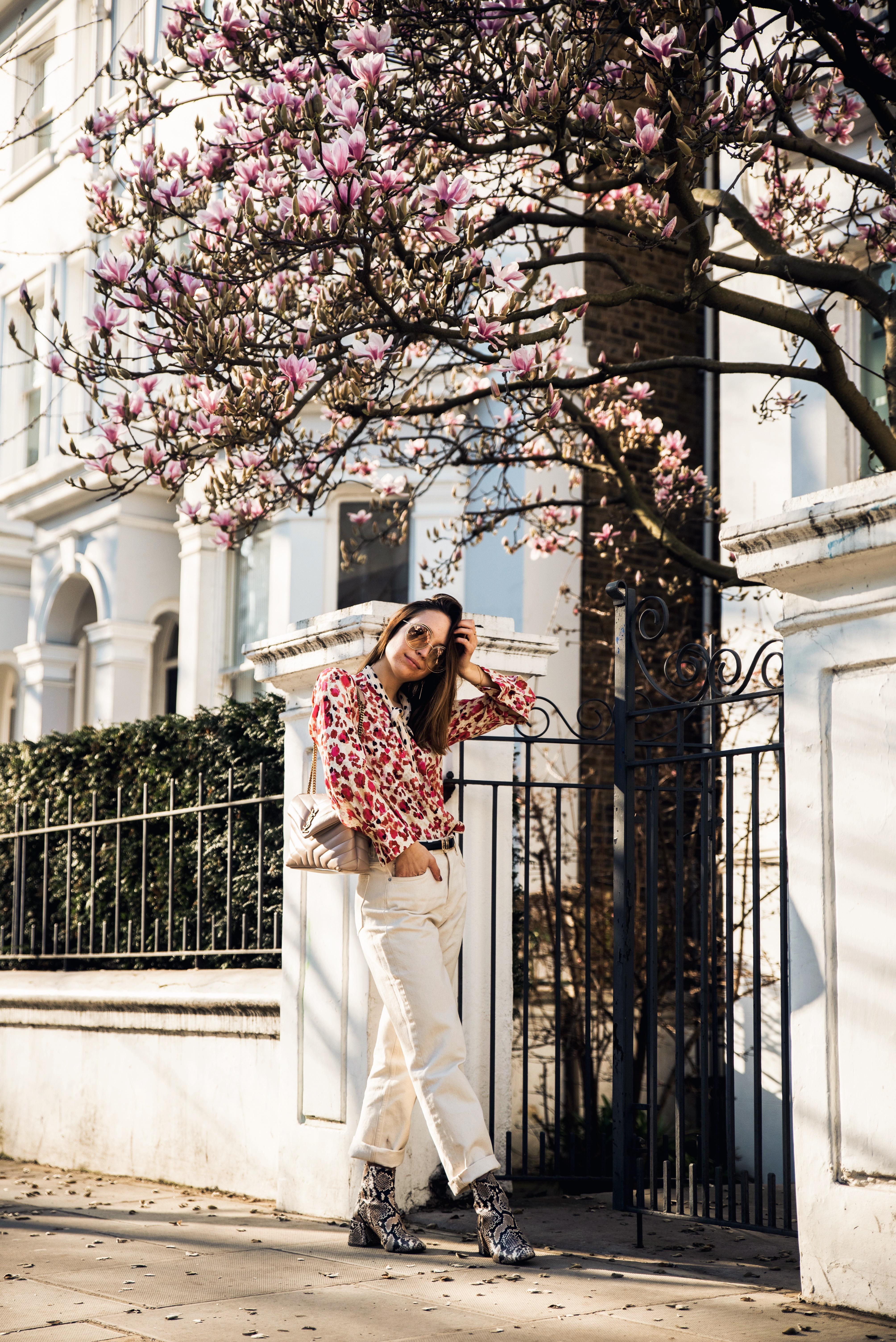 Frühlingshaftes Outfit mit pinker Bluse und weißer Jeans