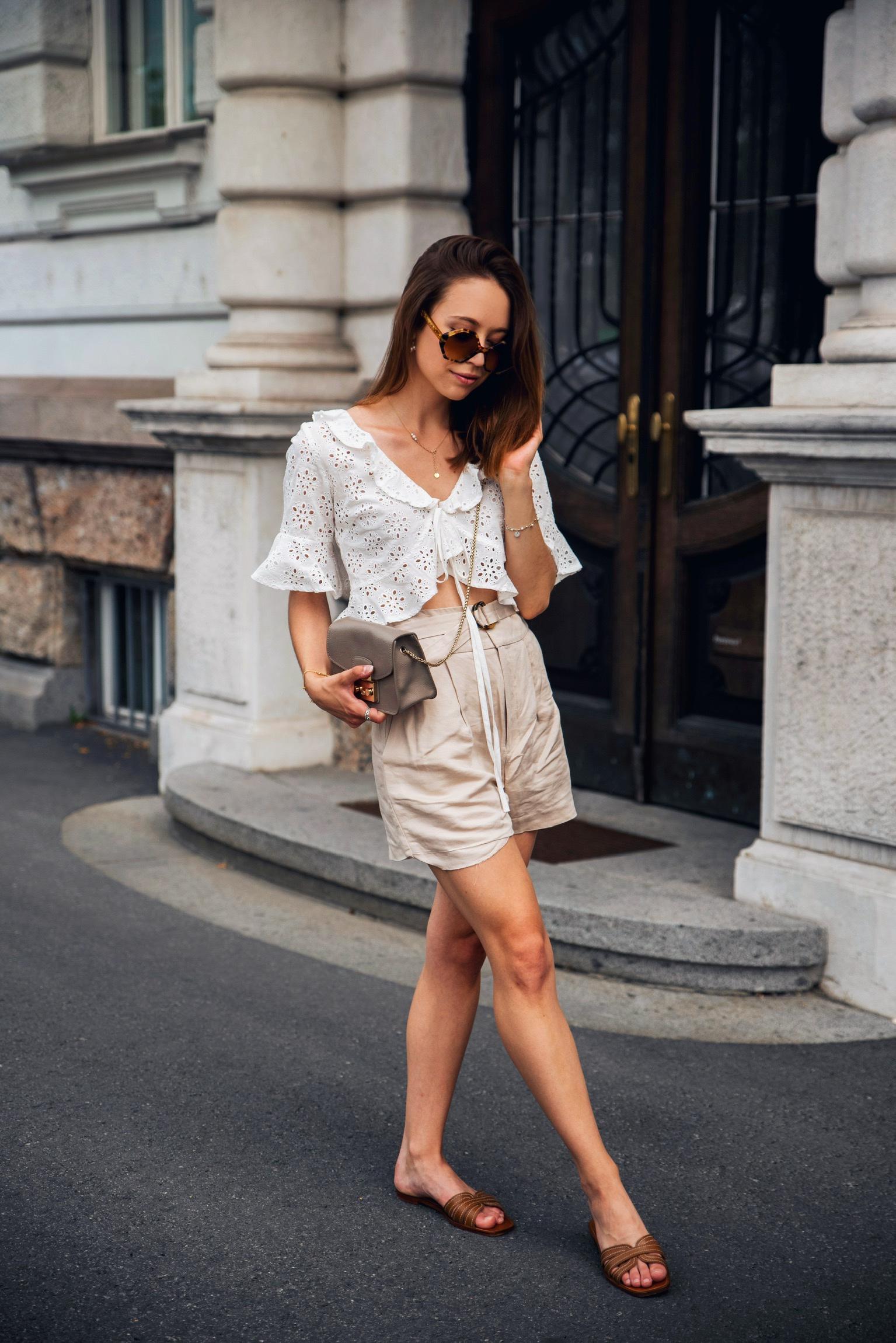Outfit mit Spitzentop und Shorts